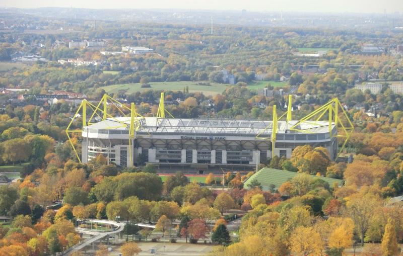 Der Signal Iduna Park (Westfalenstadion) aus der Luft betrachtet.