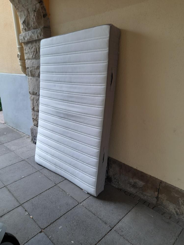 Wer möchte diese alte Matratze weiterverwenden?